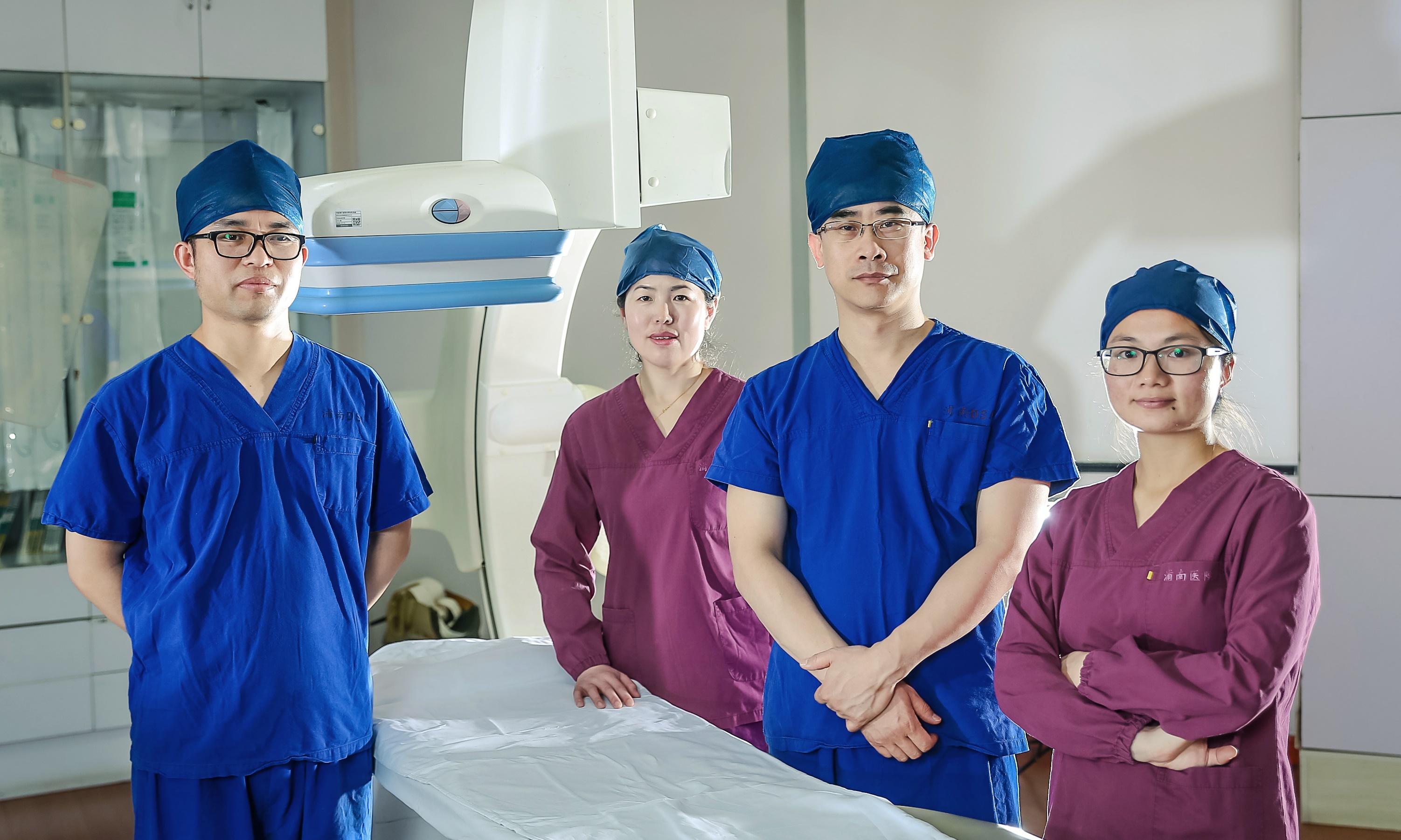 关于冠脉介入诊疗手术 冠脉介入诊疗手术在医院的介入导管室内进行,介入导管室中配备了专业的设备以帮助医生观察心脏及血管的情况。在手术时,通过一根薄的塑料管(导管)从手臂或腿部的动脉进入心脏,导管到达位置后,医生便注射造影剂来显示血液的流动情况。如果医生识别到血管狭窄或堵塞而影响血流,则可以通过球囊扩张术或冠脉支架植入治疗来改善血流。 手术前需要的检查 一旦医生确定您需要做手术,则在手术之前会做一些检查来准确地评估您的身体状况。 以下是手术之前必须要做的检查: